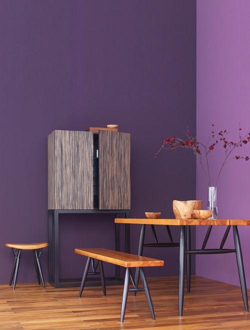 Деревянная мебель на фоне темной стены