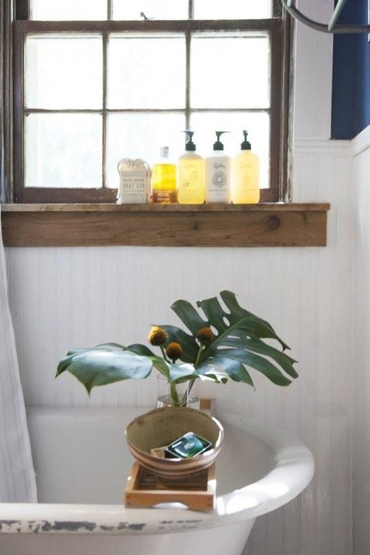 Флаконы шампуня в ванной