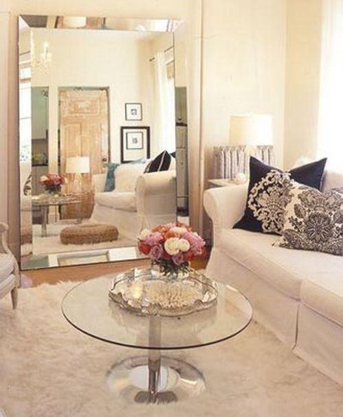 Большое напольное зеркало в маленькой квартире
