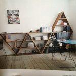 Треугольный книжный шкаф в интерьере