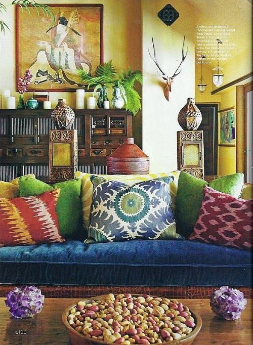 Яркие цыганские подушки в интерьере гостиной