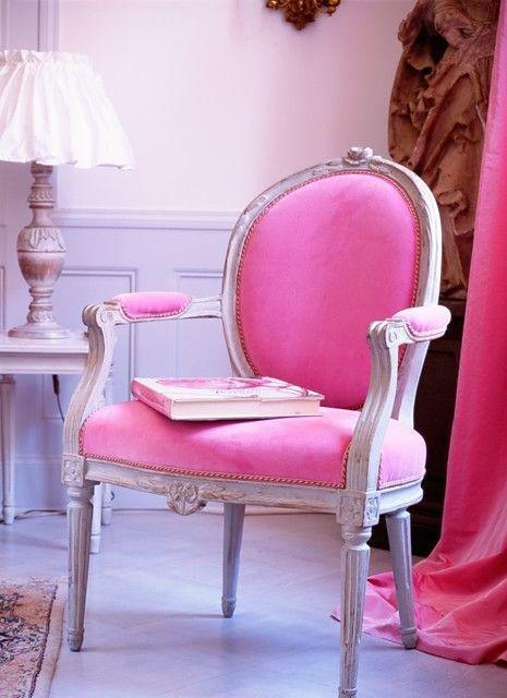 Классический интерьер в лиловом цвете и розовой мебелью