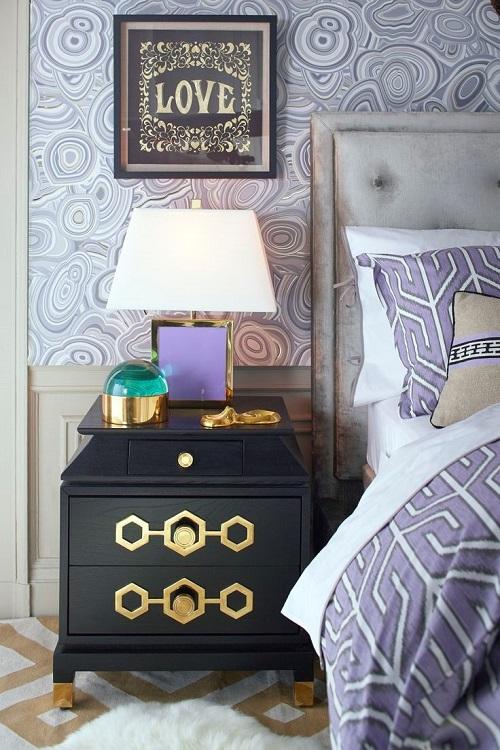 Золотые элементы в сиреневой спальне