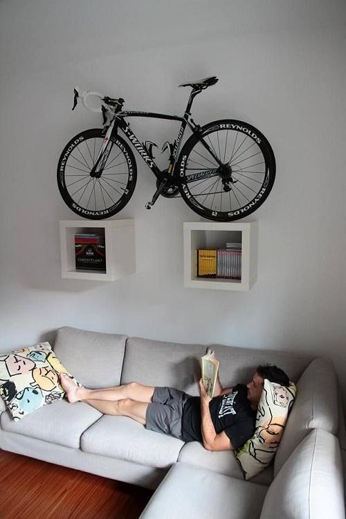 Велосипед на книжной полке