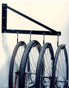 Велосипед на металлическом держателе