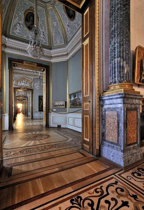 Анфилада в классическом интерьере дворца