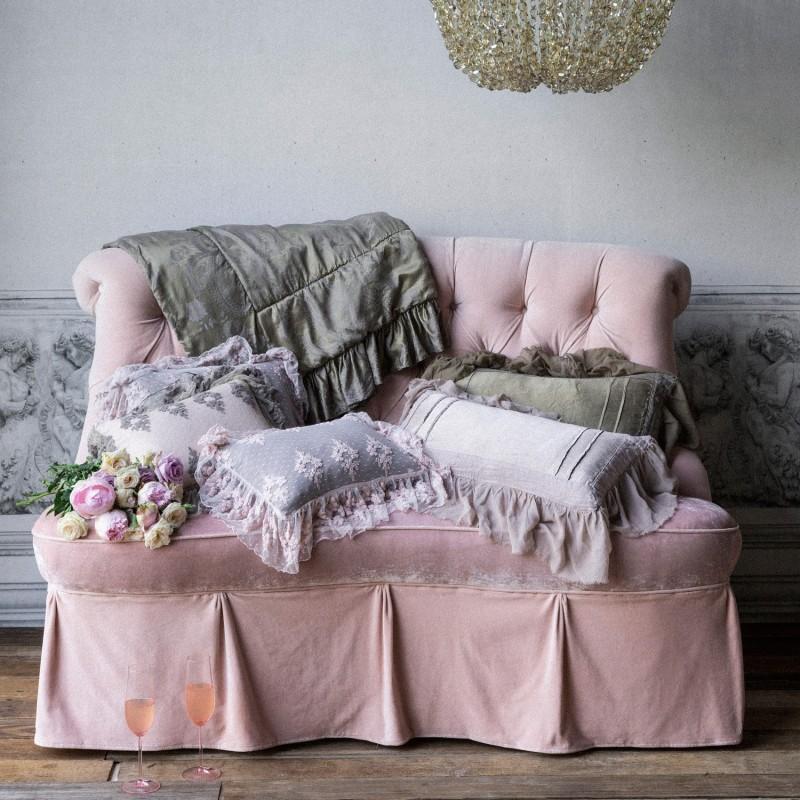 Диван с оборками в розовом цвете