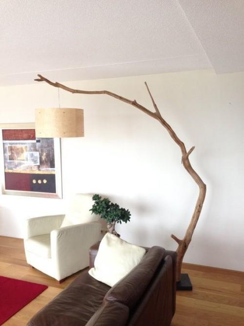 Торшер из ветки дерева в интерьере