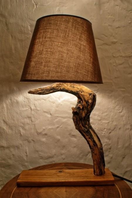 Настольная лампа из дерева в интерьере