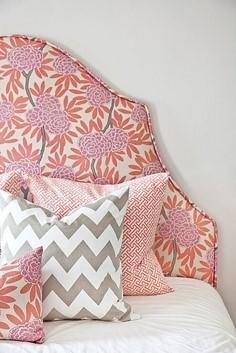 Кровать с подушками в интерьере