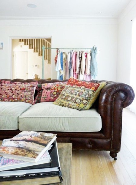 Кожаный диван с тканевыми подушками