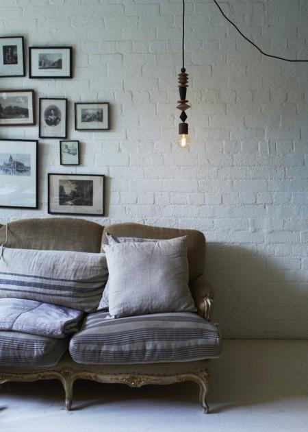 Классический винтажный диван с подушками