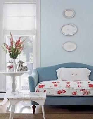 Однотонный диван с цветочной тканевой подушкой