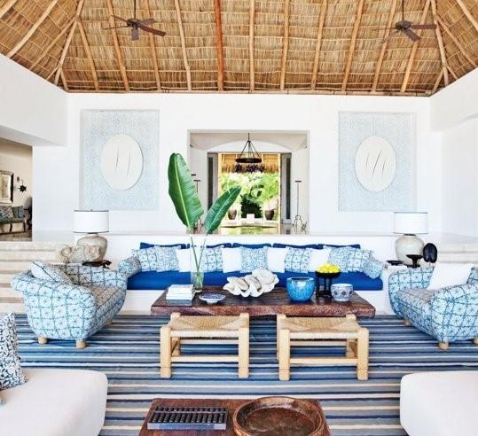 Добавление синего паттерна в интерьер при помощи диванных подушек