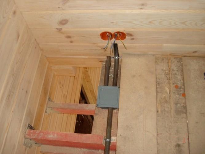 Электрическая проводка в металлических трубах в деревянном доме