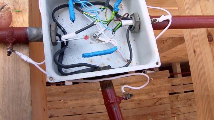 Металлическая распаячная коробка для электро проводки в деревянном доме