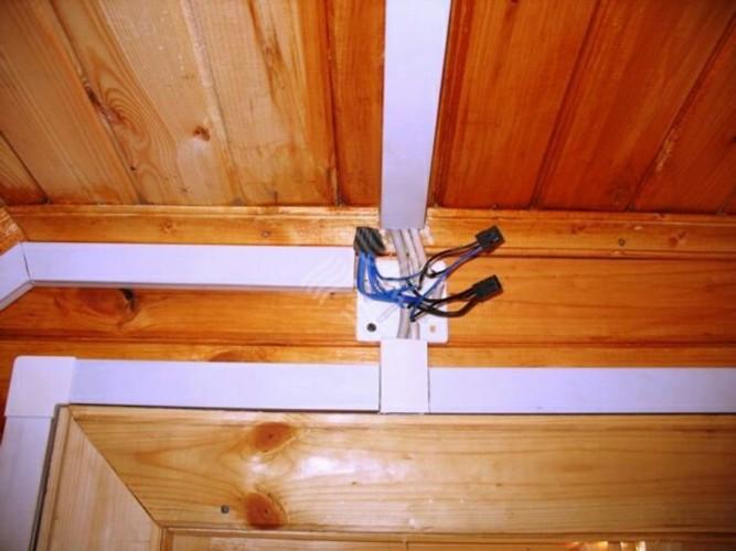 Электро проводка в пластиковых коробах в деревянном доме