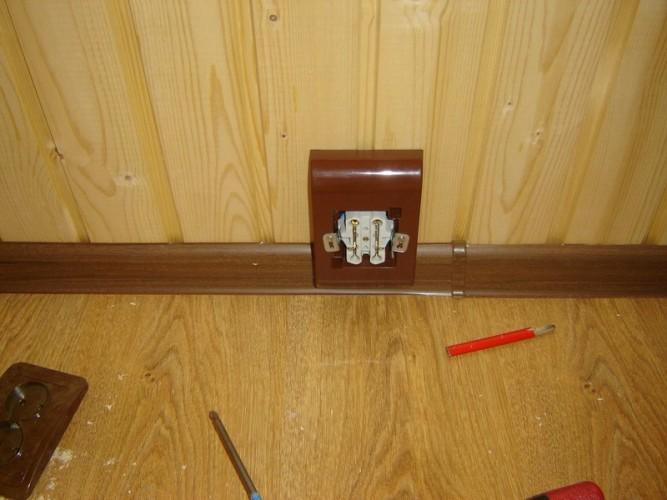 Электро проводка в пластиковом плинтусе в деревянном доме
