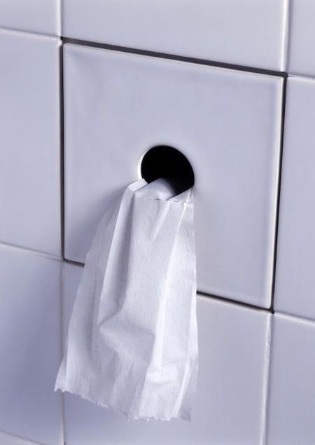 Рулон туалетной бумаги в стене