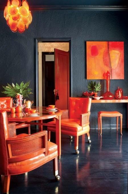 Темная столовая с оранжевой мебелью