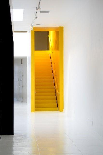 Коридор желтого цвета