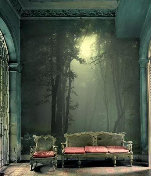 Интерьер зеленого цвета с фреской в виде леса