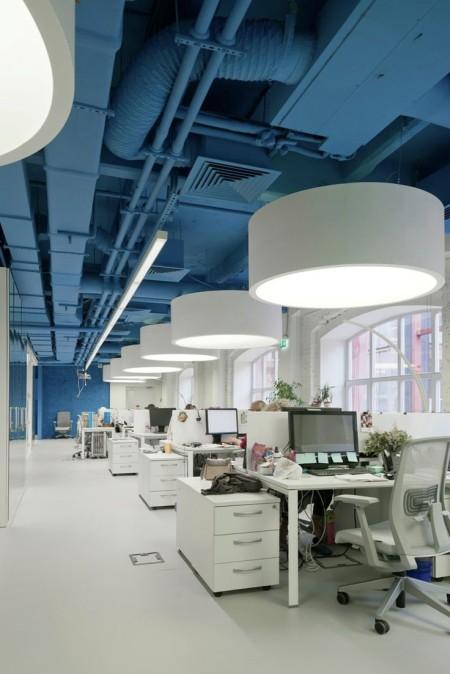 Интерьер офиса с голубым потолком