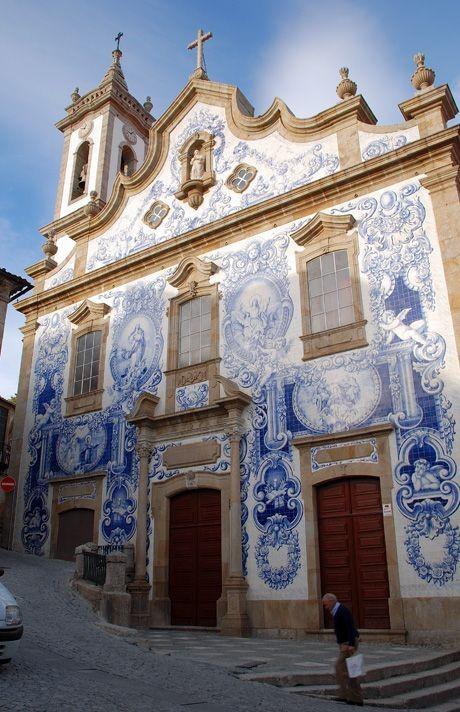 Португальская церковь с голубой изразцовой плиткой на фасаде
