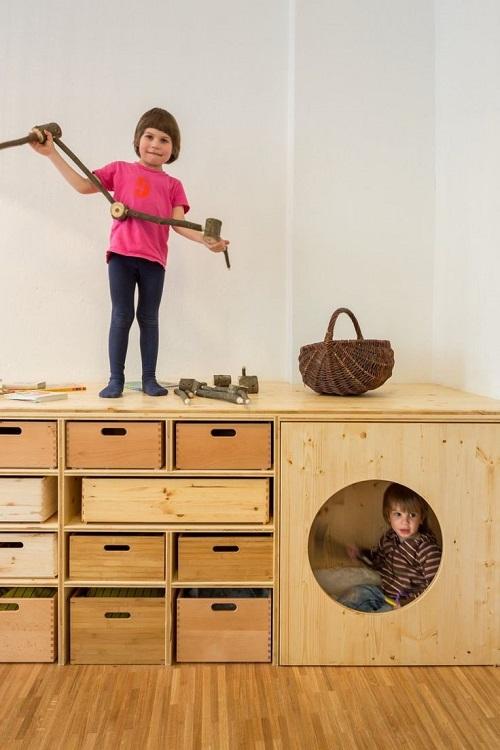 Место для детских игр в подиуме
