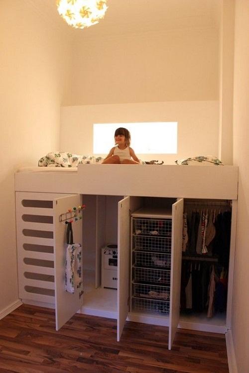 Высокая кровать с местом для детских игр под ней