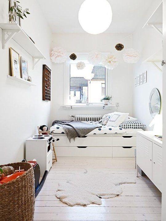 Белая кровать подиум в белом интерьере
