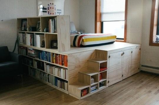 Самодельная кровать подиум с местами для хранения
