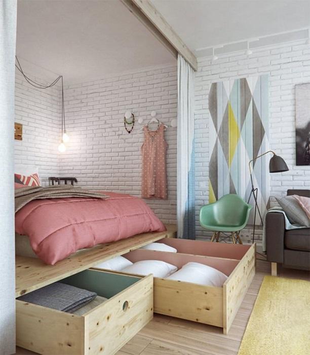 Самодельная кровать подиум с выдвижными ящиками для хранения