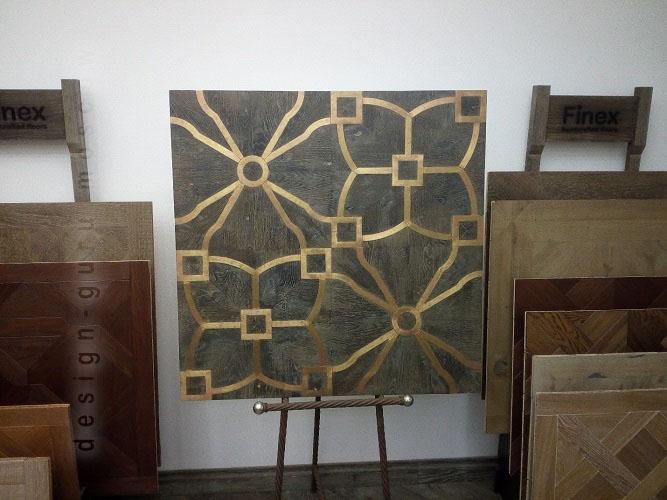 Покрытие для пола из деревянных плашек со вставками из латуни