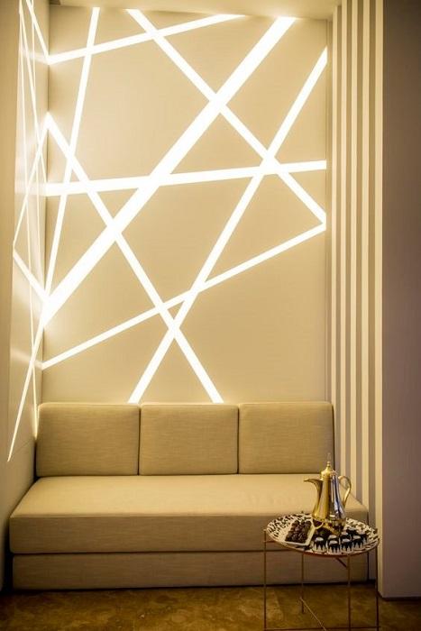 Ломаная светодиодная подсветка в интерьере