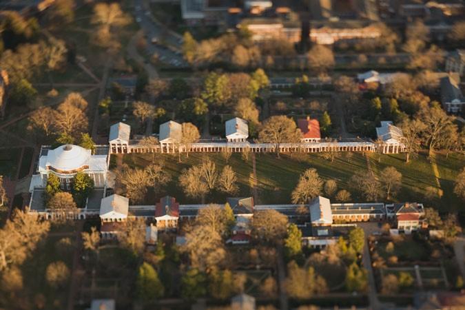 Вид с высоты птичьего полета на исторические здания Виргинского университета