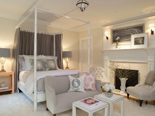 Диван в классическом стиле в изножье кровати