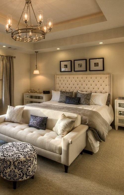 Мягкий диван в современной спальне