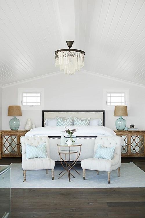 Гостиная зона с креслами в спальне