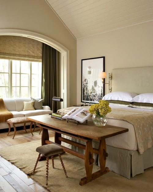 Письменный стол в качестве изножья кровати в спальне