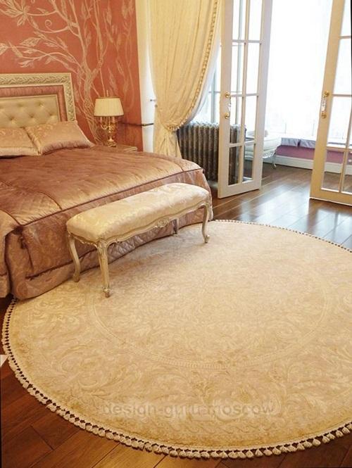 Кровать с банкеткой в изножье в спальне в классическом стиле