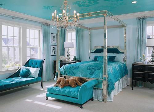 Место для домашнего питомца в изножье кровати