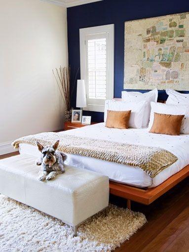 Банкетка для собаки в изножье кровати