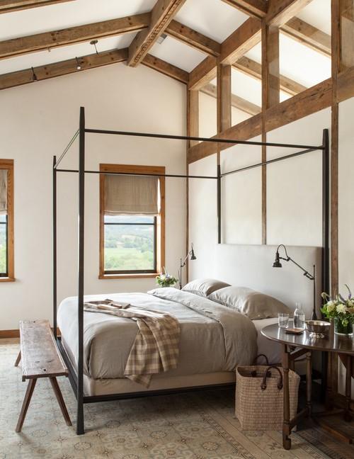 Деревянная скамья в изножье кровати