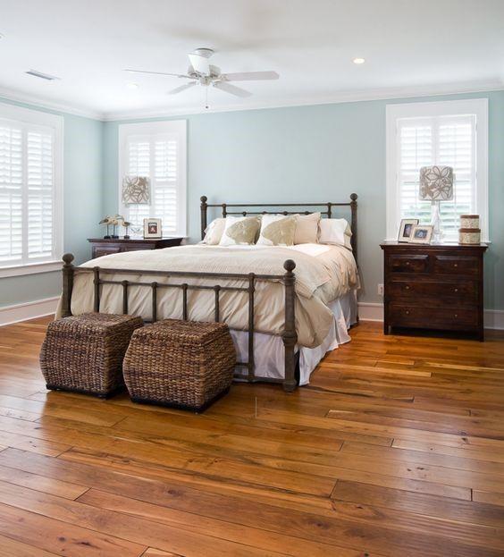 Плетеные корзины с крышкой в изножье кровати