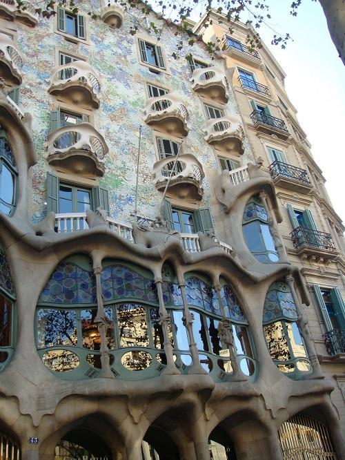 Фасад здания архитектора Гауди