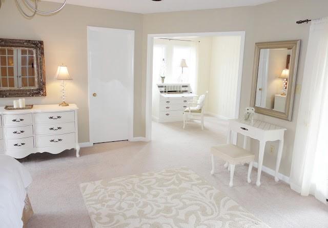 Ковер в интерьере спальни в неоклассическом стиле