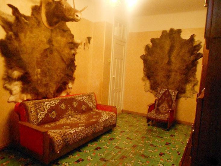 Жуткая комната в квартире со шкурами убитых зверей