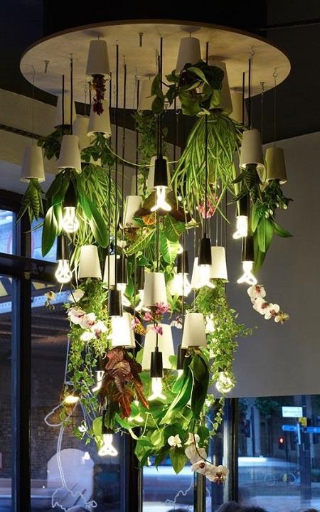 Светильник для кафе в виде висящих вниз головой горшков с цветами