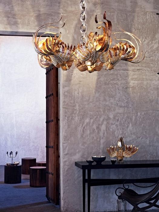 Элементы декора интерьера в виде золотых петухов
